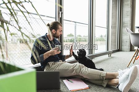 mlody biznesmen z laptopem siedzacym na