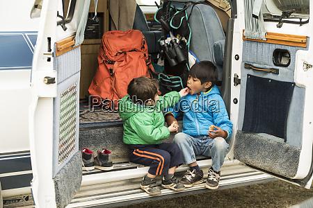 bracia w tylnej czesci samochodu kempingowego
