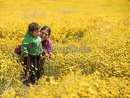 matka i syn razem w polu