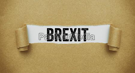 rozdarty brazowy papier ujawniajac slowo brexit