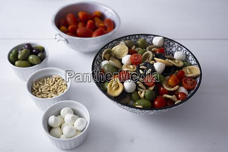 Srodziemnomorski orecchiette z pomidorem oliwki mozzarella