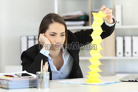 znudzony wykonawczy tracic czas w biurze