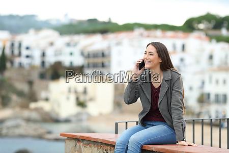 szczesliwa kobieta rozmawia przez telefon na