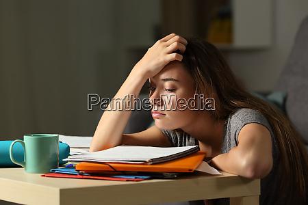 zmeczony uczen probuje studiowac w nocy