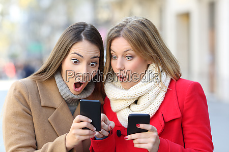 dwie zdumione kobiety znalezienie tresci na