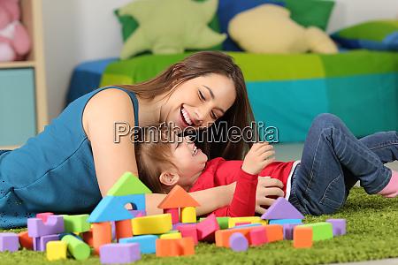matka lub niania gra z dzieckiem