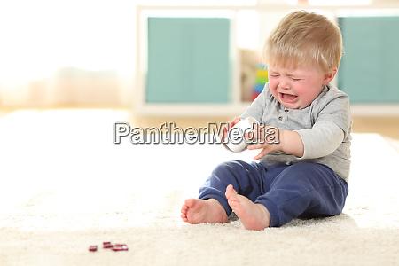 dziecko placze w niebezpieczenstwie po zjedzeniu