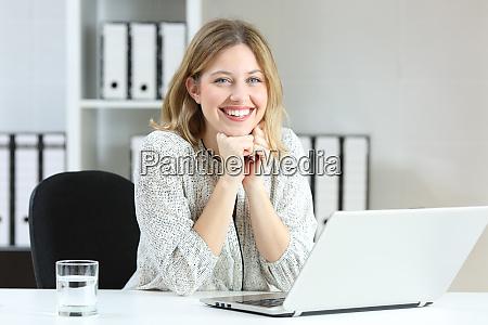 zadowolony pracownik patrzacy na kamere w