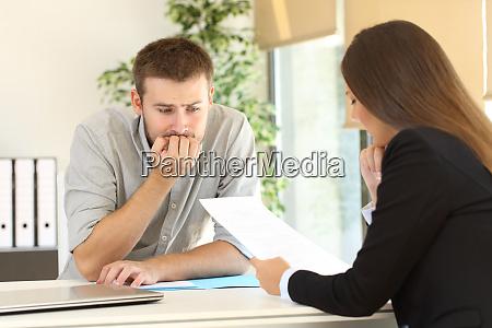 nerwowy czlowiek w wywiadzie dla pracy