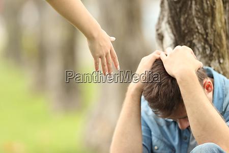 smutny nastolatkow i a reka oferujac
