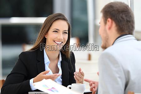 dwoch menedzerow prowadzacych rozmowe biznesowa w