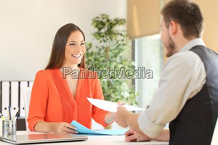 kobieta dajac cv w wywiadzie dla