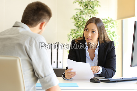 mezczyzna szuka pracy podczas rozmowy kwalifikacyjnej