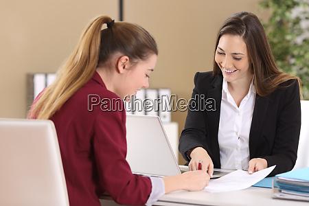 pracownik lub klient podpisujacy umowe