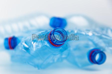 kompozycja z plastikowymi butelkami wody mineralnej