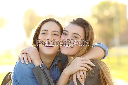 szczesliwy przyjaciele z doskonaly usmiech przytulanie