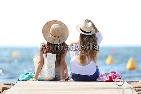 turysci cieszacy sie wakacjami na plazy