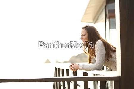 gosc hotelu kontemplujacy widoki z balkonu