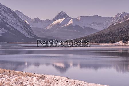 Swit gory krajobraz w sprayu jezioro