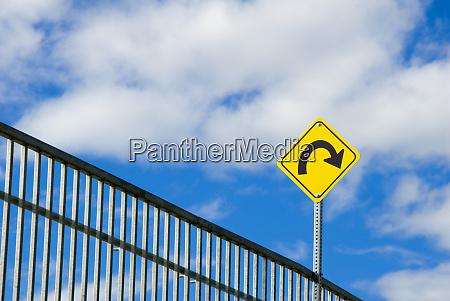 znak drogowy ostrzezenie o zakrecie