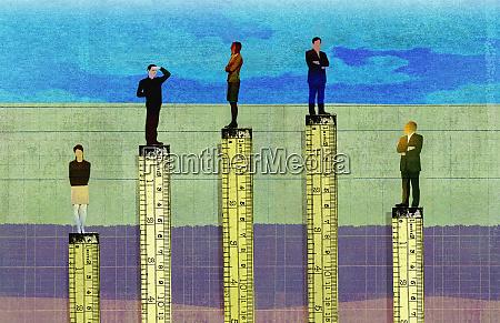 linijki mierzace wysokosc w hierarchii korporacyjnej