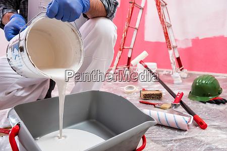 dom malarz pracownik w pracy na
