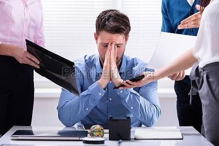 podkreslil biznesmen siedzi w biurze
