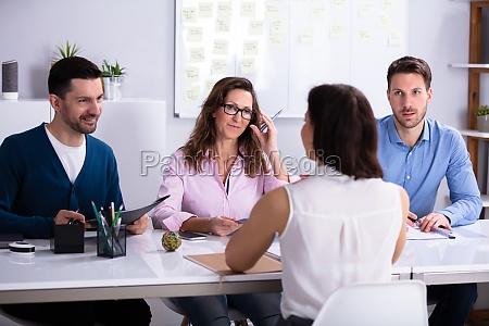 businesswoman na rozmowie kwalifikacyjnej