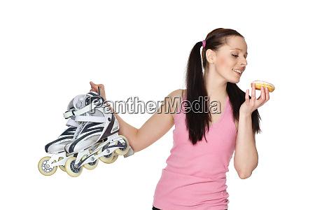 mloda sportowa kobieta z rolkami i