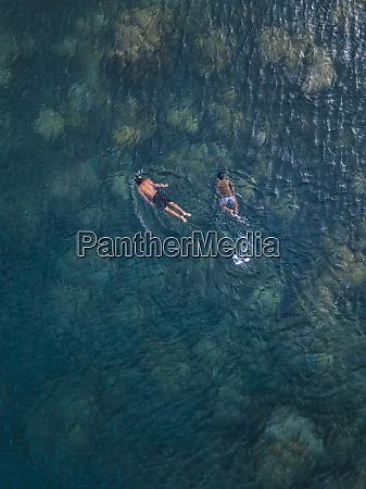 asian chlopcow snorkeling w ocean