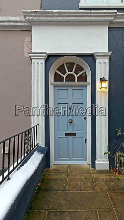 jasnoniebieskie drzwi