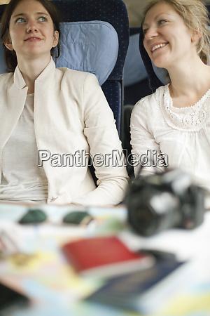 dwie kobiety siedzace w pociagu obok