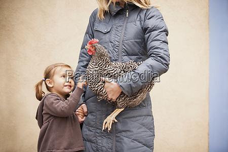 kobieta w szarym plaszczu trzyma czarno