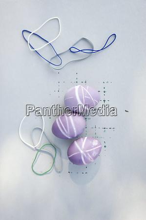 jaja barwione gumkami i fioletowym naturalnym