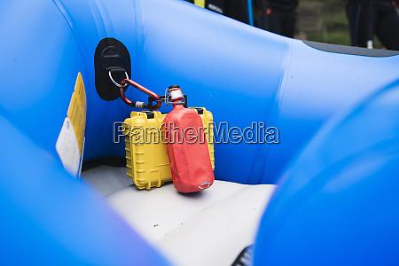 urzadzenia przymocowane do ponton gumowych