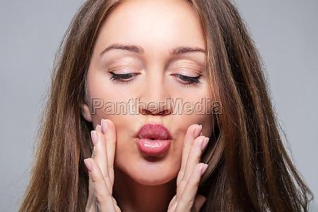 kobieta robi cwiczenia fitness twarzy