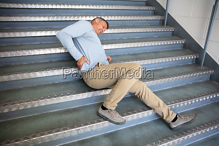 dojrzaly mezczyzna lezacy na schodach