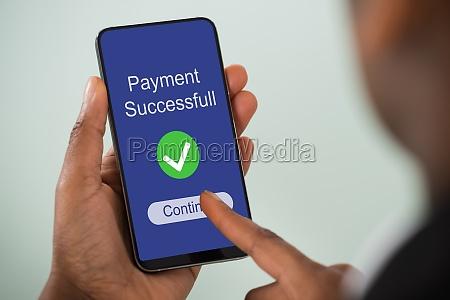 businesswoman wypelnienie ankiety online na telefon