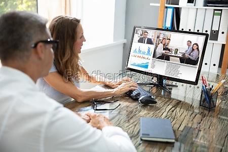 biznesmen video konferencje z kolega