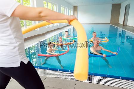 ludzie w klasie aqua fitness podczas