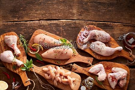 rozne kawalki i porcje surowego kurczaka