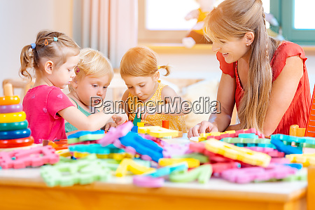 grupa dzieci i nauczycielek bawiacych sie