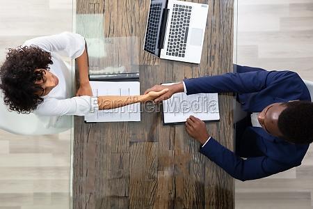 mlodzi biznesmeni siedzacy na wywiadzie