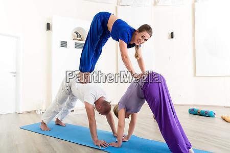 kobieta praktykujaca lekcje jogi