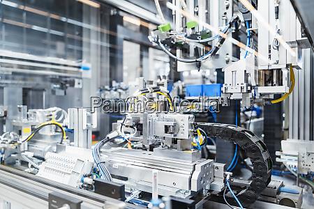 skomplikowane maszyny wewnatrz nowoczesnej fabryki stuttgart