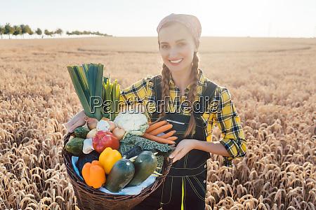 czas zbiorow w kraju kobieta rolnik