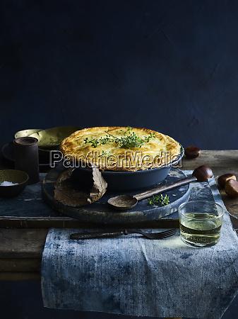 ciasto z kurczaka z kieliszkiem bialego