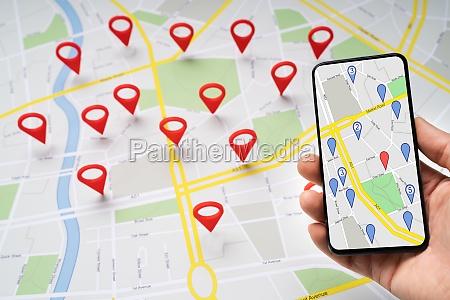 osoba trzymanie zdejmowany telefon wobec mapa