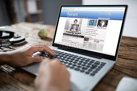 biznesmen czytanie wiadomosci na laptopie