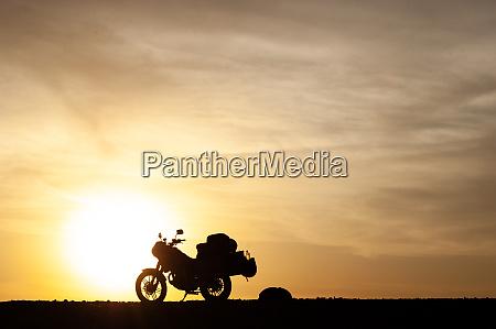 sylwetki, motocykl, turystyczny, o, zachodzie, słońca - 27626680
